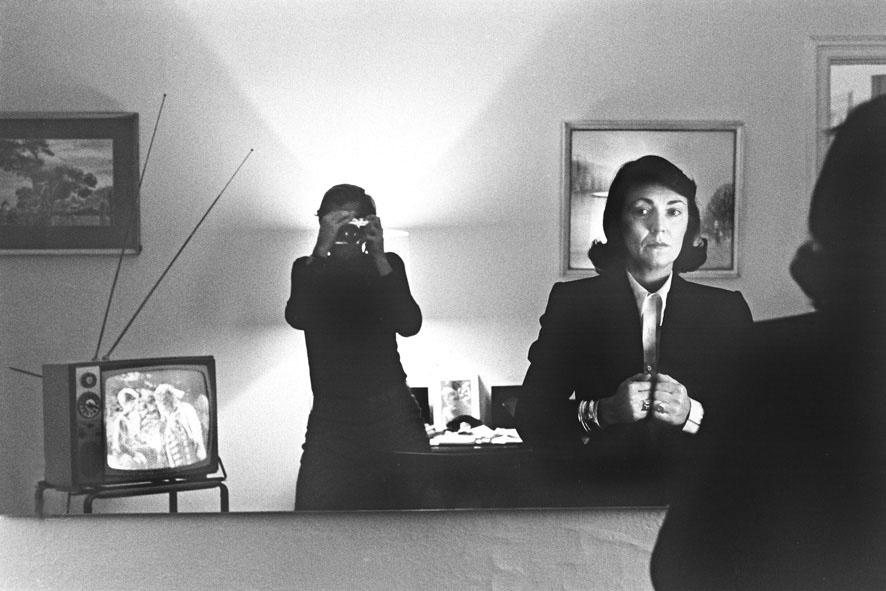 Helmut Newton, Hotel Volney, New York 1972, copyright Helmut Newton Estate, courtesy Helmut Newton Foundation