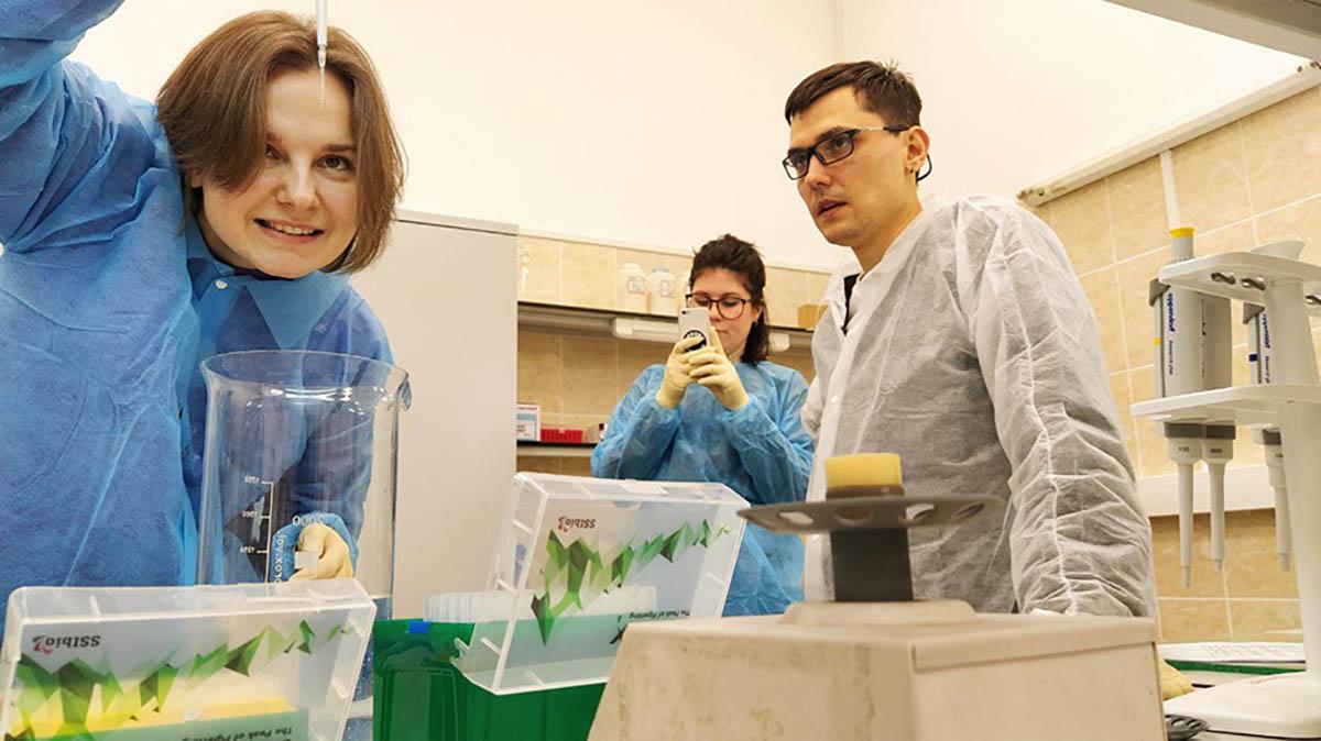 Ippolit Markelov's bioart workshop. Alena's afraid of spoiling her DNA sample, Sveta's filming, Ippolit's obviously nervous, ITMO University 2020.