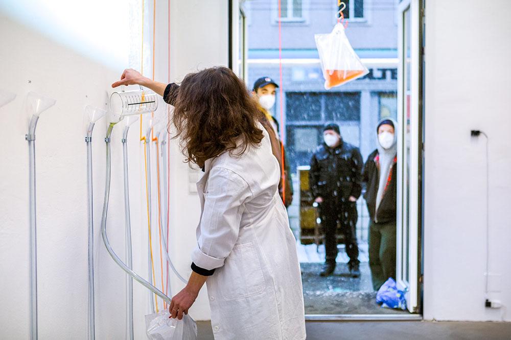 Performance Auf der Leitung stehen. Photo Maria Belova