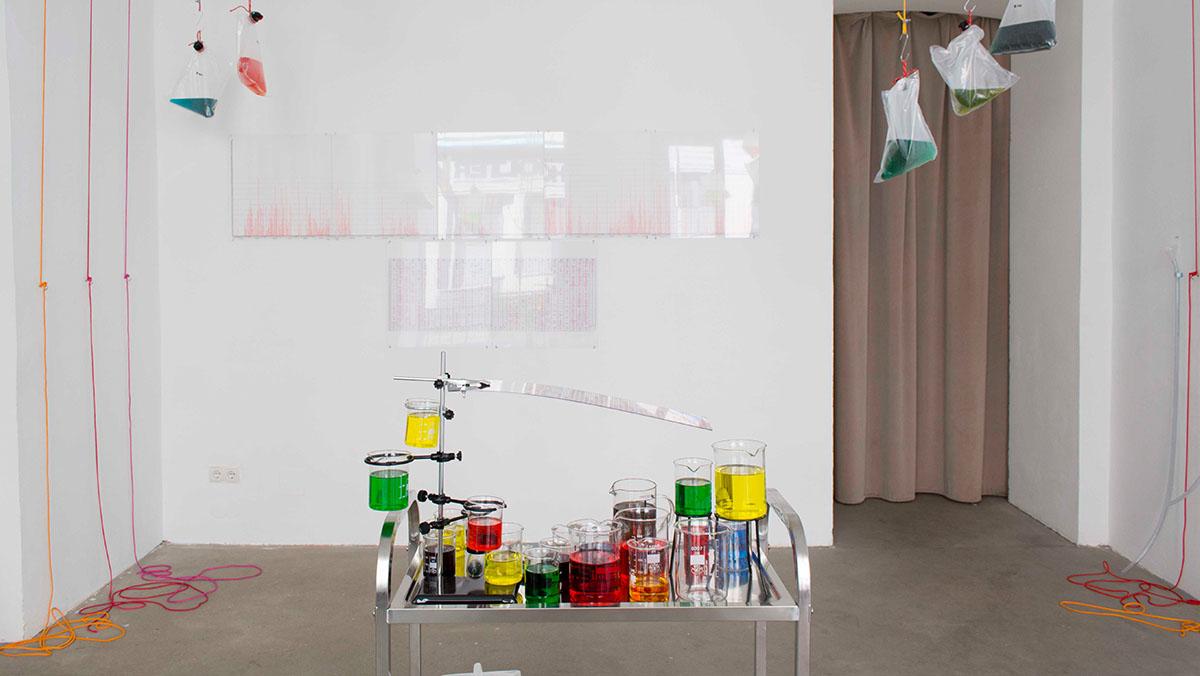 Installation view. Performance Auf der Leitung stehen. Photo Darja Shatalova