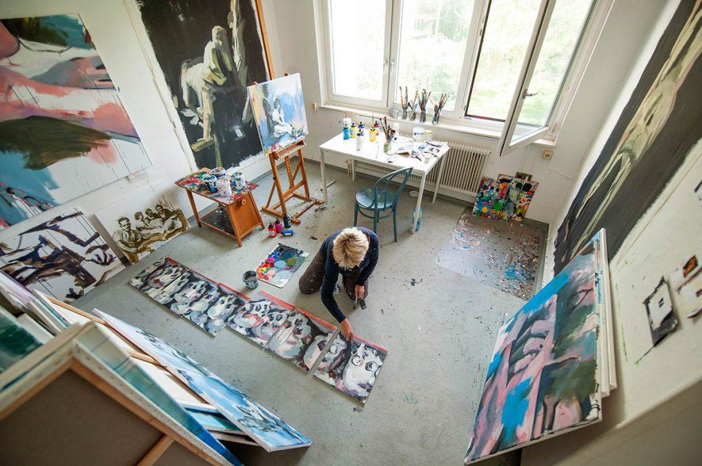 Künstlerin im studio