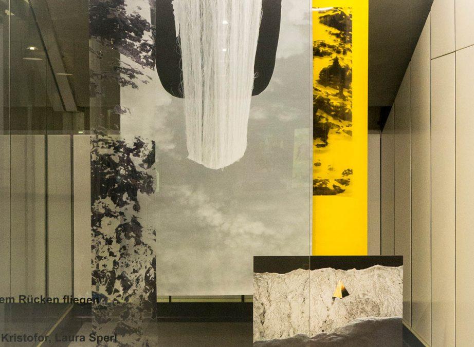"""Elena Kristofor und Laura Sperl, """"Auf dem Rücken fliegen"""", Red Carpet Showroom Altes Landgut, 2021."""