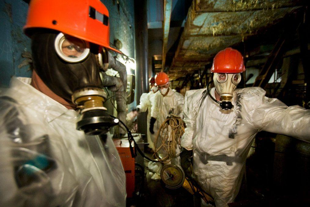 Schuber Arbeiter im Reaktor #4 bei Stabilisierungsarbeiten. Trotz Schutzanzügen können diese nur in 15-Minuten-Schichten das Areal betreten.