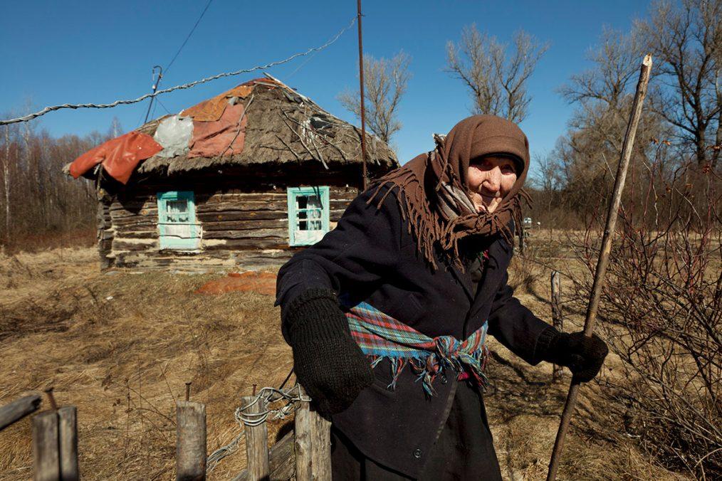 Teremtzi, Ukraine, 2011. Die 92-jährige Karatina Descha lebt allein und völlig isoliert in ihrem kleinen Holzhaus innerhalb der Sperrzone.