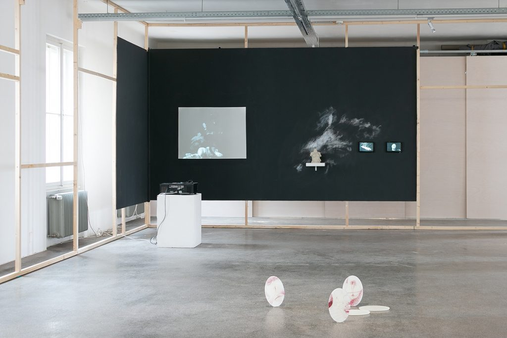 Vorne: Isabell Rauchenbichler, Ohne Titel, Objekte, 2020 / hinten: Johanna Binder, Myrtophobia, 3-teilige Videoinstallation, Objekt, 2020