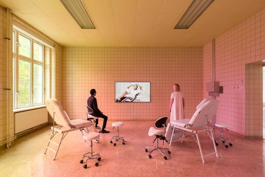 "Installationsansicht Jovana Reisinger ""Beauty is Life"", Curator Statement Madeleine Freund, Parallel Vienna 2021. Copyright Jovana Reisinger. Foto: kunst-dokumentation.com."
