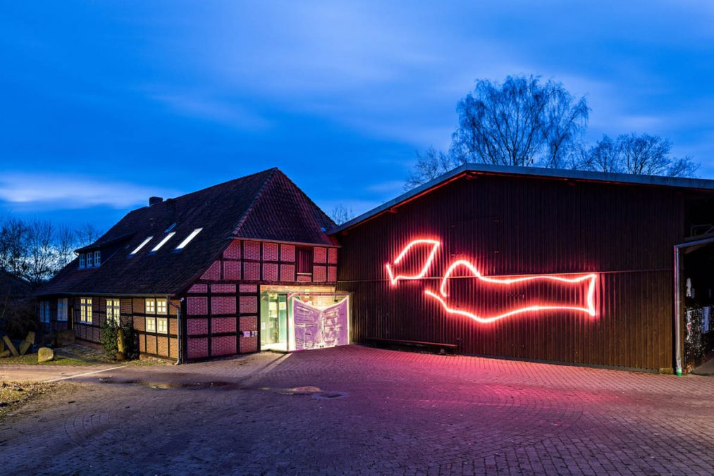 DEU, Niedersachsen, Neuenkirchen, 2021, Installation von Verena Issel am Kunstverein Spirnghornhof, Copyright: Fred Dott, Hamburg, www.freddott.de