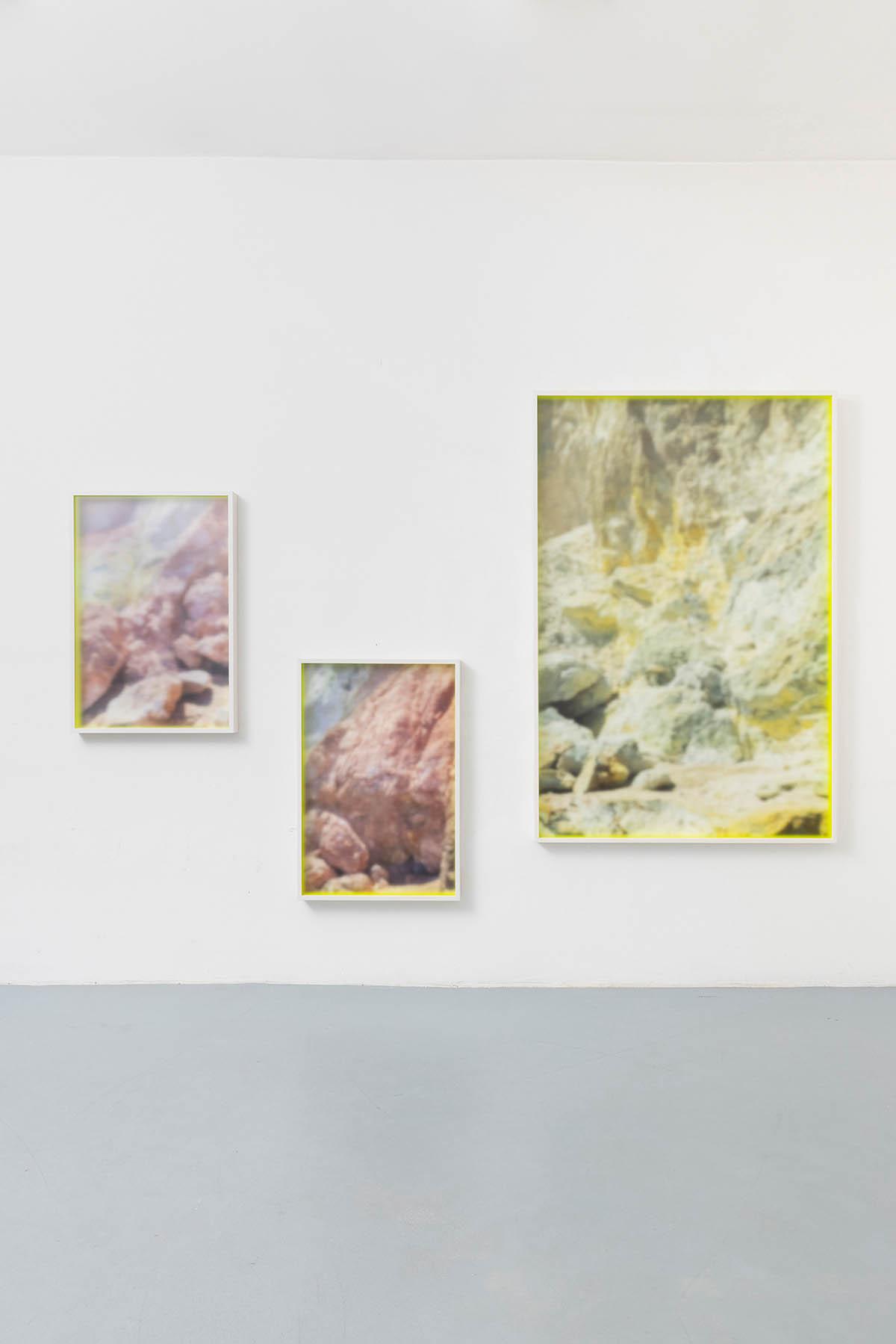 Mario Kiesenhofer | Island – Paleochori Beach, Milos | Pigment Prints, Neon Acrylfarbe auf Distanzleiste, gerahmt hinter satiniertem Plexiglas | Dimensionen variabel | 2019/21 | Studio View | © Bildrecht Wien 2020