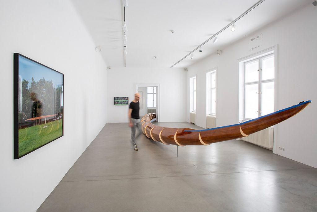 Foto: Roman Pfeffer, Helix Simulator, 2015, Ausstellungsansicht Bildraum Bodensee 2020   Foto: Petra Rainer © Bildrecht, Wien 2020.