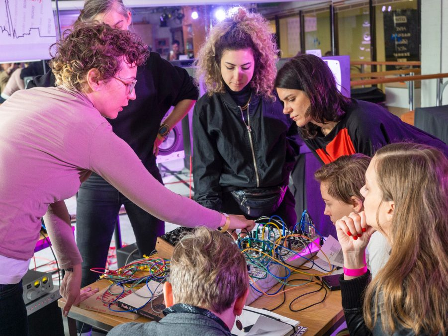 """Workshop for girls only """"how to modular"""" with Alissa deRubeis, Foto: Angela Kröll"""