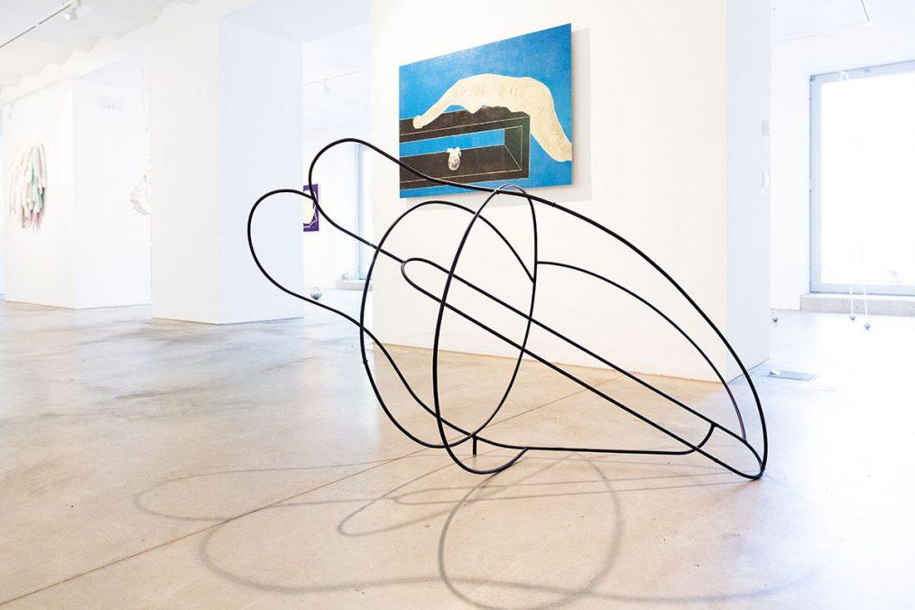 """Gespräch mit Tiefgang / Conversation with depth"", painted steel, 140x80x80 cm, 2021 Exhibition view, Bildraum Studio, Gallery Rudolf Leeb, curated by Esther Mlenek, 2021"